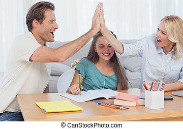 lycklig, föräldrar, hög fiving