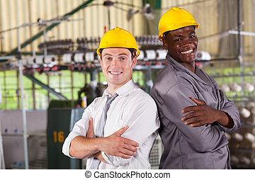 lycklig, fabrik, chef, och, arbetare, stående