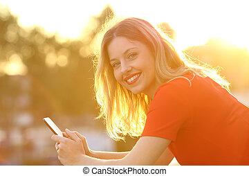 lycklig, flicka, med, smart, ringa, hos, solnedgång