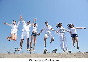 lycklig, folk, grupp, ha gyckel, och, spring, på, strand