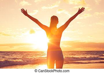 lycklig, gratis, kvinna, hos, solnedgång, stranden