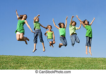 lycklig, grupp, av, blandad kapplöpning, lurar, hos, sommar campa, eller, skola, hoppning