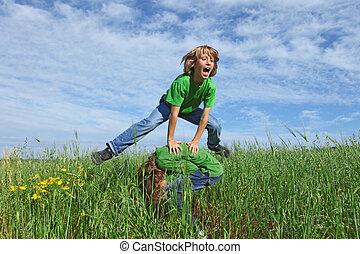 lycklig, hälsosam, lurar, leka, bockhoppning, utomhus, in, sommar