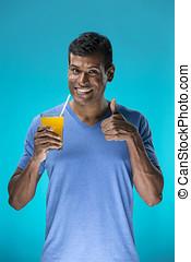 lycklig, indisk, man, drickande, apelsinsaft