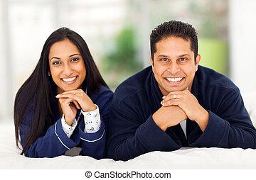 lycklig, indisk, par, lägga på blomsterbädd
