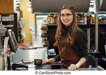 lycklig, kassör, kvinna, på, workspace, in, supermarket, shop.