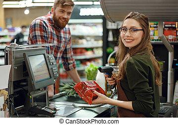 lycklig, kassör, kvinna, på, workspace, in, supermarket