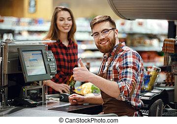 lycklig, kassör, man, på, workspace, in, supermarket