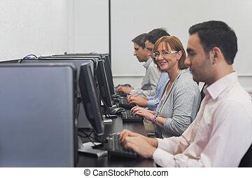 lycklig, kvinnlig, moget studerande, sittande, in, dator kategori