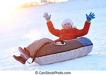 lycklig, liten flicka, in, vinter
