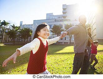 lycklig, liten flicka, med, familj, i parken