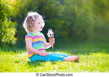 lycklig, liten knatte, flicka, äta, glass, in, a, trädgård