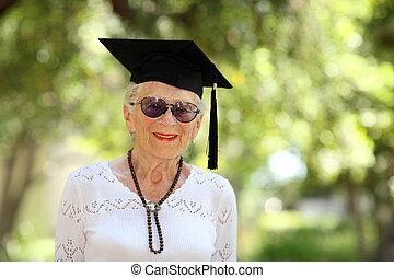 lycklig, mössa, kvinna, senior, akademiker