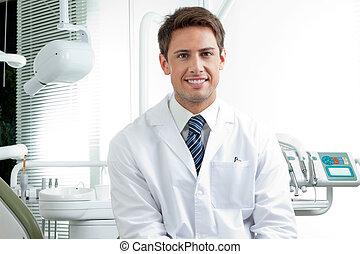 lycklig, manlig, tandläkare, in, klinik