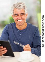 lycklig, mitt åldraades, man, med, kompress, dator