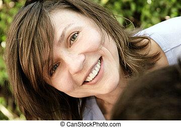 lycklig, moget kvinna
