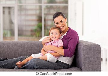 lycklig, mor, krama, dotter, på, soffa