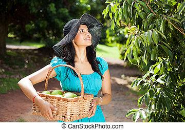 lycklig, nätt, kvinna, in, frukt, trädgård