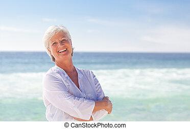 lycklig, pensionerat, kvinna, stranden