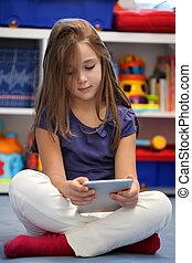 lycklig, pre-teen, flicka, användande, a, digital tablet, dator