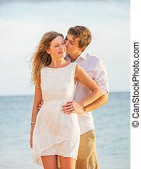 lycklig, romantiker koppla, kyssande, stranden, hos, solnedgång, herre och kvinna, i kärlek