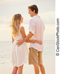 lycklig, romantiker koppla, stranden, hos, solnedgång, omfamna, varje, annat., herre och kvinna, i kärlek, hålla ögonen på, den, sunuppsättning, in i, ocean