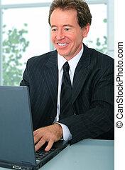lycklig, senior, affärsman, användande dator
