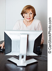 lycklig, senior woman, användande dator, i kategori