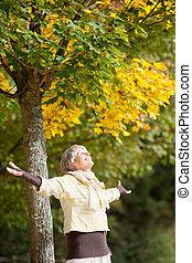 lycklig, senior woman, avnjut, natur, i park