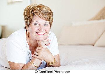 lycklig, senior woman, lägga på blomsterbädd