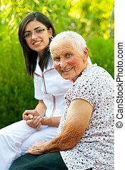 lycklig, sköta, kvinna, äldre, utomhus