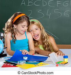 lycklig, skratta, lurar, student, flickor, hos, skola, klassrum