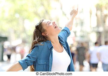 lycklig, spontaneus, kvinna sträckande, vapen
