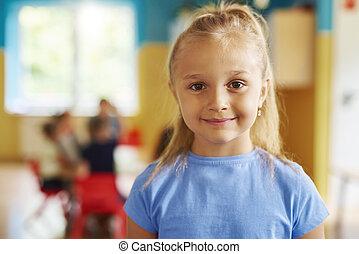 lycklig, stående, flicka, förskola