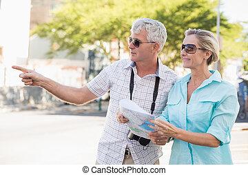 lycklig, turist, par, användande, karta, i staden