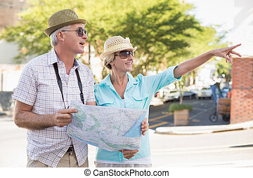 lycklig, turist, par, användande, karta