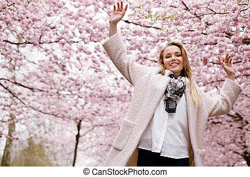 lycklig, ung kvinna, hos, fjäder, blomma, parkera