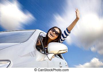 lycklig, ung kvinna, i bil, drivande vägen