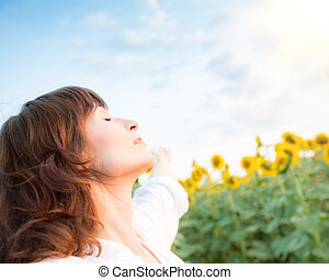 lycklig, ung kvinna, in, solros, fjäder, fält