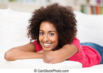lycklig, ung kvinna, med, a, vacker, le
