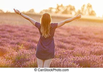 lycklig, ung kvinna, på, lavenderfält, hos, solnedgång