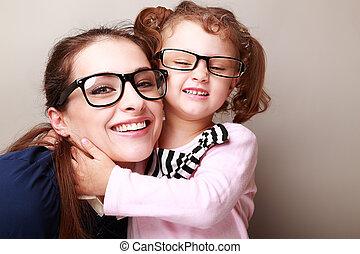 lycklig, ung, mor, och, lauging, unge, in, mode, glasögon,...