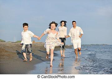 lycklig, ung släkt, ha gyckel, på, strand, hos, solnedgång