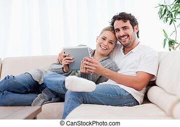 lycklig, ungt par, användande, a, kompress, dator