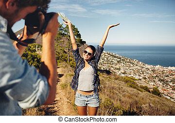 lycklig, ungt par, intagande tavlar, medan, fotvandra