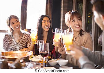 lycklig, vänner, restaurang, äta, kruka, varm, ung
