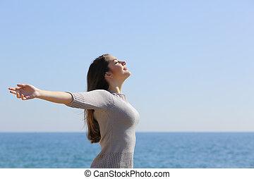 lycklig woman, andning, djup, nytt lufta, och, uppresning...