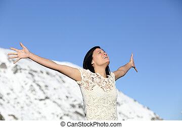 lycklig woman, andning, djup, uppresning beväpnar, in, vinter