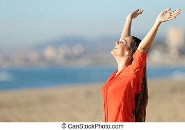 lycklig woman, andning, och, uppresning beväpnar, stranden