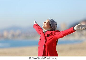 lycklig woman, andning, uppresning beväpnar, in, vinter